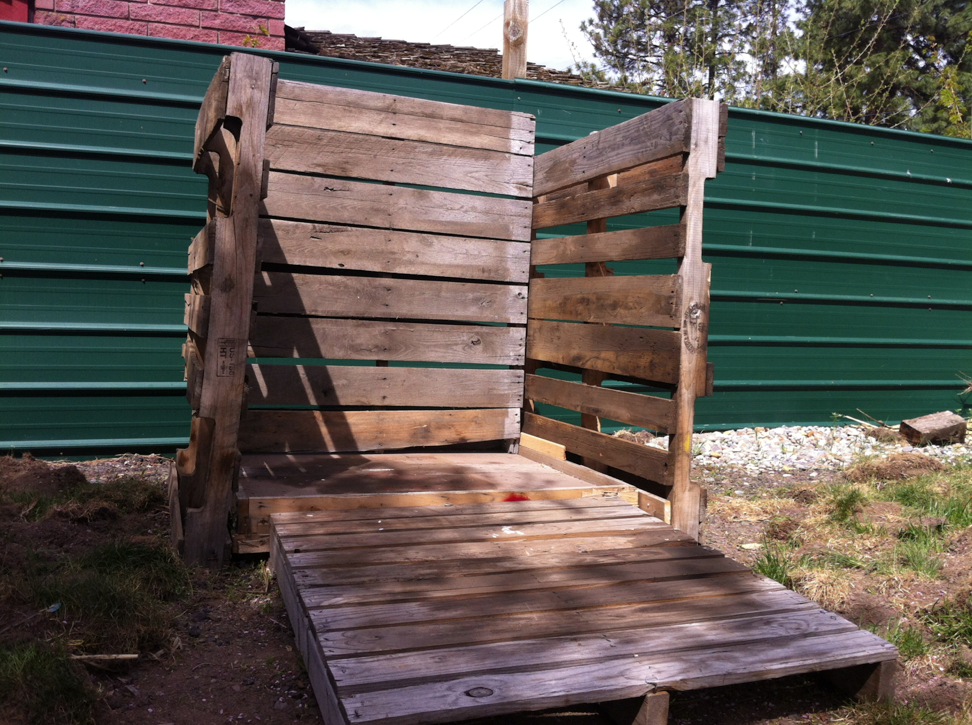 Composting using salvaged pallets
